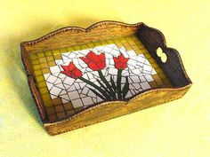 BANDEJA - TULIPAS - MOSAICO Mosaic Tray, Mosaic Tiles, Mosaic Crafts, Mosaic Projects, Mosaic Designs, Mosaic Patterns, Mosaic Artwork, Mosaic Flowers, Mosaic Madness