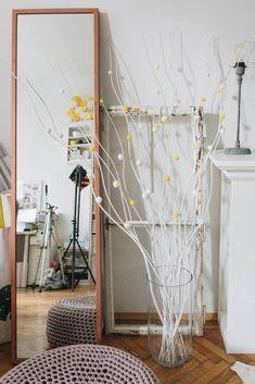 Spring decoration: DIY PomPom Easter shrub - Diy and Crafts Mix Twigs Decor, Branch Decor, Diy Choker, Diy Spring Wreath, Diy Wreath, Easter Egg Crafts, Ladder Decor, Diy And Crafts, Shrub