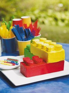 Recette de gâteau Lego de Ricardo. Recette de gâteau pour une fête d'enfants, il a la forme d'un assemblage de blocs Lego. Ingrédients : farine, poudre à pâte, sel, beurre, sucre, lait...