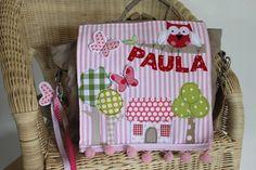 2-in-1 Kindergarten-Rucksack aus sandfarbenem Canvas mit aufwändigem Motiv aus: Bäumen,einem Landhaus, Eule auf dem Ast an dem der Name baumelt und...