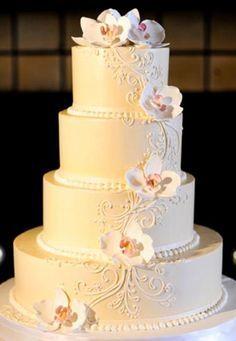 Torta de boda de color blanco decorada con orquídeas de azúcar, clásica y preciosa. #BodasDeRosa