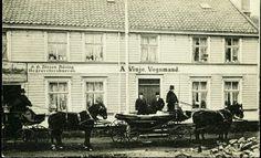 """Sør-Trøndelag fylke Trondheim  TRONDHEIM. Godt lokalmotiv ved """"A. Vinje Vognmand"""" og hestekjerrer foran tidlig 1900-tall"""