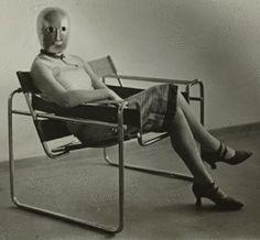 A professora Ise, esposa de Walter Gropius, sentada em uma cadeira tubular de Marcel Breuer usando máscara de robô. Escola Bauhaus, 1920. Veja também: http://semioticas1.blogspot.com.br/2012/07/crianca-e-design.html