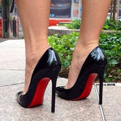 Christian Louboutin Black Patent Pointed Toe Shoes. Tacchi Close-Up #Shoes #Tacones #Heels