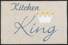 Details: Dezentes Design in beige-grau-weiß mit schmückendem Schriftzug, Du bist der einzig wahre »Kitchen King«, Der Hingucker in jeder Küche, Rutschhemmende Beschichtung, Qualität: 1,9 kg/m² Gesamtgewicht, 7 mm Gesamthöhe, Rücken 100% Nitrilgummi, Rutschhemmende Beschichtung auf der Unterseite, Flormaterial: 100% Polyamid, Wissenswertes: Waschbar bei 60° C, Trocknergeeignet bis zu 90° ...