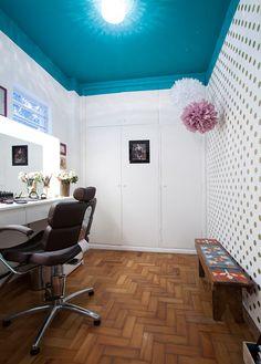 Spray dourado, pintura no teto, bolinhas e muita criatividade transformaram um quartinho esquecido do apê num estúdio de maquiagem cheio de bossa.