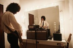 Brian May rehearses in front of a mirror backstage before a concert. Freddie Mercury, Great Bands, Cool Bands, Brian's Song, Queen Brian May, Greatest Rock Bands, Queen Band, John Deacon, Killer Queen