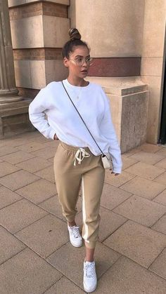 White baggy pullover / sweatshirt, golden sweatpants with drawstring, white sneakers - Frauen Mode - Sweaters Lazy Outfits, Cute Comfy Outfits, Mode Outfits, Everyday Outfits, Trendy Outfits, Winter Outfits, Summer Outfits, Fashion Outfits, Gym Outfits