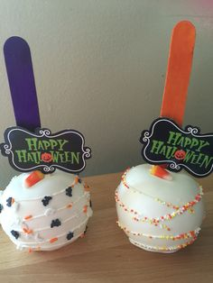 Halloween themed chocolate dipped apples Halloween Dip, Halloween Candy Apples, Halloween Baking, Halloween Treats, Chocolate Covered Apples, Chocolate Dipped, Caramel Apples, Gourmet Candy Apples, Marshmallow Cake