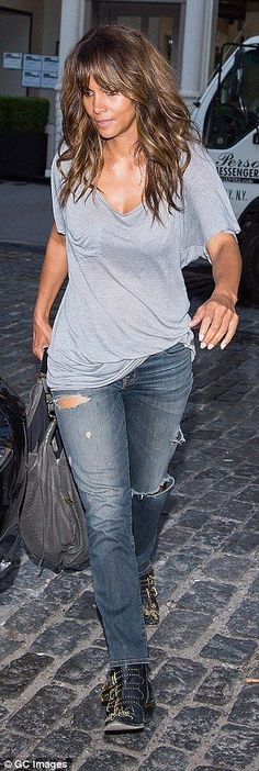 Halle Berry ignites romance rumours as she cuddles mystery man after dinner in NYC Daily Mail Online Hale Berry, Berry Berry, Halle Berry Style, Actrices Hollywood, Famous Women, Most Beautiful Women, Look Fashion, Cleveland, Sandra Bullock