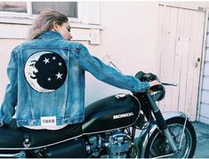 What to wear with a Denim Jacket - Denim Jacket Outfits Painted Denim Jacket, Painted Jeans, Painted Clothes, Diy Clothes Paint, Diy Clothing, Custom Clothes, Jean Jacket Outfits, Denim Art, Diy Vetement