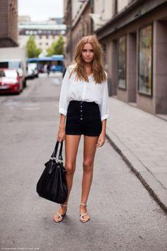 Peças que vão bombar no verão: cintura alta. como nesse look de short preto com botões, camisa branca e sandália nude.
