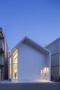 旭町診療所 / Asahicho Clinic photo by Tetsu Hiraga photo by Shinkenchiku-sha 1 / 2 / 3 Japanese Modern House, Modern Japanese Architecture, Minimalist Architecture, Facade Architecture, House Roof, Facade House, Facade Design, Exterior Design, Minimalist House Design