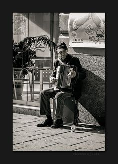 Playing music on the street to survive / Tocando música en la calle para sobrevivir   www.vicentemendez.com
