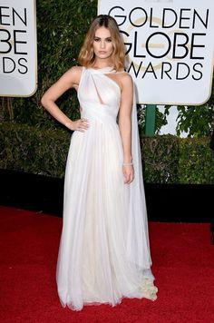 Lily James imcable en total white sobre la red carpet de los Golden Globes 2016