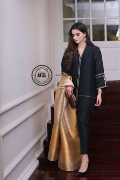 Pin by javaria javaid on formal wear in 2019 женская одежда, Pakistani Formal Dresses, Pakistani Fashion Casual, Pakistani Dress Design, Pakistani Outfits, Indian Dresses, Indian Outfits, Indian Fashion, Stylish Dresses For Girls, Casual Dresses