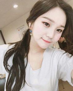 Umjjiiii stop weaeing such white makeup okay your skin tone is beautiful Kpop Girl Groups, Korean Girl Groups, Kpop Girls, K Pop Music, Good Music, Gfriend Profile, Show Me Your Love, Kim Ye Won, White Makeup