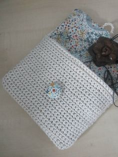 pochette crochetée en coton écru, doublée de liberty Adelajda #crochet #liberty #trousse au crochet