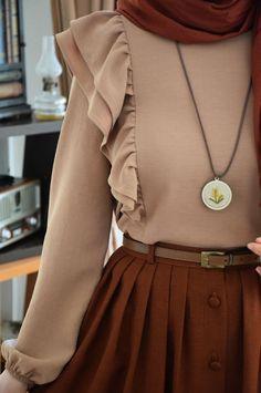 Volanlı Sütlü Kahvrengi Bluz - Eminos Butik Old Fashion Dresses, Modern Hijab Fashion, Muslim Women Fashion, Girls Fashion Clothes, Fashion Outfits, Hijab Fashionista, Mode Hijab, Turkish Fashion, Looks Cool
