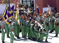 Legionarios del Tercio Don Juan de Austria Tercero de la Legión trasladan el Cristo de la Buena Muerte en Málaga en 2001