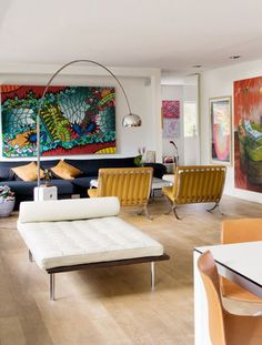 Esta gran estancia acoge dos zonas de estar, una de ellas dominada por la chaise longue Barcelona de Mies Van Der Rohe, que edita Knoll, y la el comedor y la cocina. La sensación de espacio abierto y de intensa luminosidad crean un escenario propicio para el disfrute de las numerosas piezas de arte distribuidas por todos los rincones