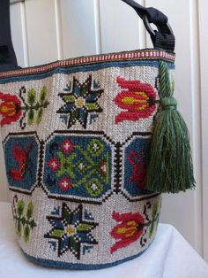 could make with a tapestry crocheted bag and cross stitched motifs Tapestry Bag, Tapestry Crochet, Mobiles, Swedish Embroidery, Ethnic Bag, Handmade Bags, Bag Making, Needlepoint, Purses And Bags