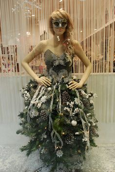 Christmas Tree Dress Up Christmas Tree Dress, Christmas Window Display, Xmas, Christmas Decorations, Merci Boutique, Visual Display, Shop Window Displays, Store Displays, Merchandising Displays