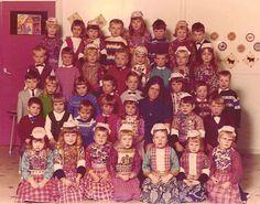 Marken klassefoto 1968 een paar kinderen nog in klederdracht. Vanaf zo ongeveer 1984 zie je ineens niemand meer in klederdracht...