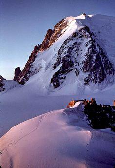 Lumière tendre sur le refuge des cosmiques et le Mont-Blanc du Tacul au lever du soleil