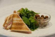 Prosciutto cotto, fontina e olive taggiasche Wine Bar, Prosciutto, Ethnic Recipes, Food, Rook, Essen, Meals, Yemek, Eten