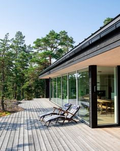 5 inexpensive modern prefab houses you can buy right now – Placee – Architecture & Design Design Balcon, Terrasse Design, Affordable Prefab Homes, Modern Prefab Homes, Dark Grey Houses, Wood House Design, Weekend House, Modern Cottage, Cabin Homes