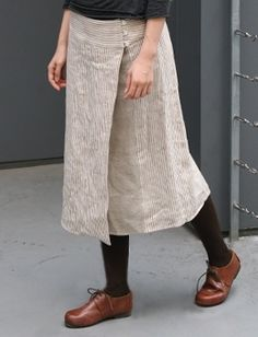 Linen wrap skirt from envelope - I like the light skirt with black top and tights, brown shoes. Mode Chic, Mode Style, Style Me, Sewing Clothes, Diy Clothes, Mode Outfits, Casual Outfits, Linen Dresses, Clothing Patterns