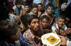 Moradores de rua esperando para receber comida de graça distribuídos fora de uma mesquita antes de Eid al-Fitr, em Nova Delhi, na Índia.