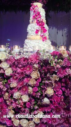 Mesa para pastel cubierta de flores