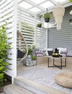 Aita, näkösuoja, rima, rimoitus, moderni, valkoinen, pergolakatos, terassi, valkoinen, boheemi, neutraalit värit --- Terrace, white, boho-style, privacy screen, gray decking