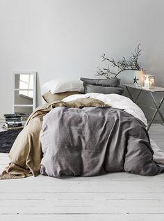 Koodi Lina -pussilakanoissa on kivipestyä pellavaa, jonka kuidut saavat tekstiilien pinnan elämään kauniisti. https://www.hobbyhall.fi/web/ajankohtaista/shop/koti-ja-sisustus/Talven-sisustustrendit-harmaan-sylissa?utm_medium=pin&utm_campaign=j7_2014&utm_source=pinterest&utm_content=Harmaan_sylissa_04.11.