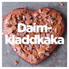 """KIT Mat on Instagram: """"Ja du läste rätt. Daimkladdkaka är en korsning mellan två absoluta favoriter, kladdkaka och daim. Vad kan gå fel?⠀ ⠀ INGREDIENSER – CA…"""" Fika, Food Inspiration, Tart, Cravings, Cake Recipes, Cheesecake, Food And Drink, Sweets, Beef"""