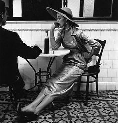Vintage Vogue fashion shoot photographed by Irving Penn in 1948 at a cafe in Lima, Peru. Love the pearls, hat and thoughtful expression. Glamour Vintage, Vogue Vintage, Moda Vintage, Vintage Beauty, Vintage Black, Vintage Hats, Foto Fashion, Vogue Fashion, 1950s Fashion