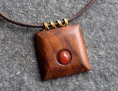 Dřevěný šperk - ořešák a sardonyx