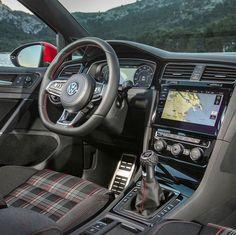 Volkswagen Golf GTI Performance 2018 Hot hatch reestilizado fica ainda mais nervoso nessa versão. Tem 15 cavalos a mais que o anterior: o bloco 2.0 TSI entrega 245 cv e 370 Nm de torque 20 a mais que o anterior. O Volkswagen Golf GTI Performance acelera de 0 a 100 km/h em 6.2s com máxima nos 250 km/h limitada eletronicamente. Câmbio manual de seis marchas com opção da nova caixa automatizada de dupla embreagem de sete marchas. #CarroEsporteClube #volkswagen #volkswagenGolf #golfgti #gti6