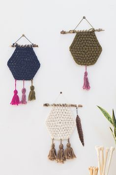 DIY wall hanging: Hexagon crochet pattern Heres another amazing Mollie Makes free pattern. Hexies for days. LOVE!