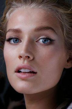 Maquillage naturel pour les femmes aux yeux bleus: