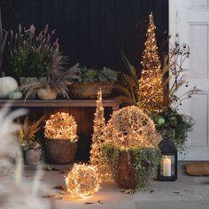 Christmas Garden Decorations, Diy Christmas Lights, Christmas Porch, Christmas Crafts, Winter Porch Decorations, Outdoor Christmas Light Displays, Outdoor Christmas Planters, Rustic Winter Decor, Christmas Lights Outside