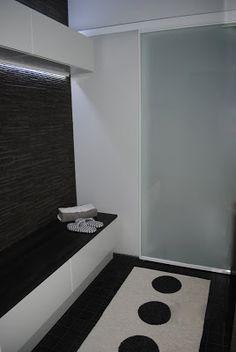 Modernisti Kodikas: Pukuhuoneesta saunaan, maitovalkoinen liukuovi.