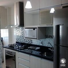 Cocina de estilo moderno pequeña. Todo disponible con Orbe estudio de arquitectura y diseño. facebook.com/ORBEARQ #cocinaspequeñasconbarra