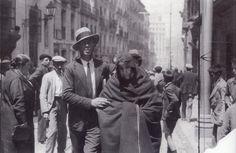 Quema de conventos y residencia de religiosos.Una monja de la residencia de la calle Isabel La Catolica después de ser desalojada de uno de los conventos arrasado por el fuego.Mayo 1931.