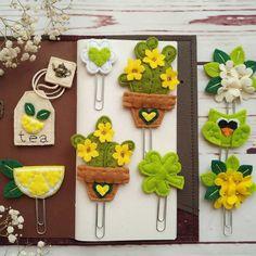 Felt and Clips Fabric Gifts, Felt Fabric, Felt Crafts, Diy And Crafts, Stationery Craft, Crafty Craft, Felt Ornaments, Paper Clip, Fabric Flowers