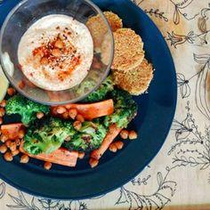 #mutimiteszel #mutimiteszel_mentes #hummus #falafel #chickpea #carrot #broccoli #foodporn #foodstagram #lunch #thefeedfeed #mik_gasztro #mik #instahun #ikozosseg #vscofood #vscocam Falafel, Avocado Egg, Food Porn, Eggs, Lunch, Drink, Breakfast, Instagram, Food Food