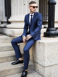 The navy blue suit – elegance and sobriety - Mode et Beaute Navy Blue Fitted Suit, Blue Suit Black Shoes, Navy Blue Suit Style, Blue Suits, Black Tie, Mens Fashion Blog, Fashion Mode, Mens Fashion Suits, Mens Suits
