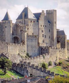 Real Castles, Beautiful Castles, Beautiful Buildings, Chateau Medieval, Medieval Castle, Places To Travel, Places To See, Carcassonne France, Belle France
